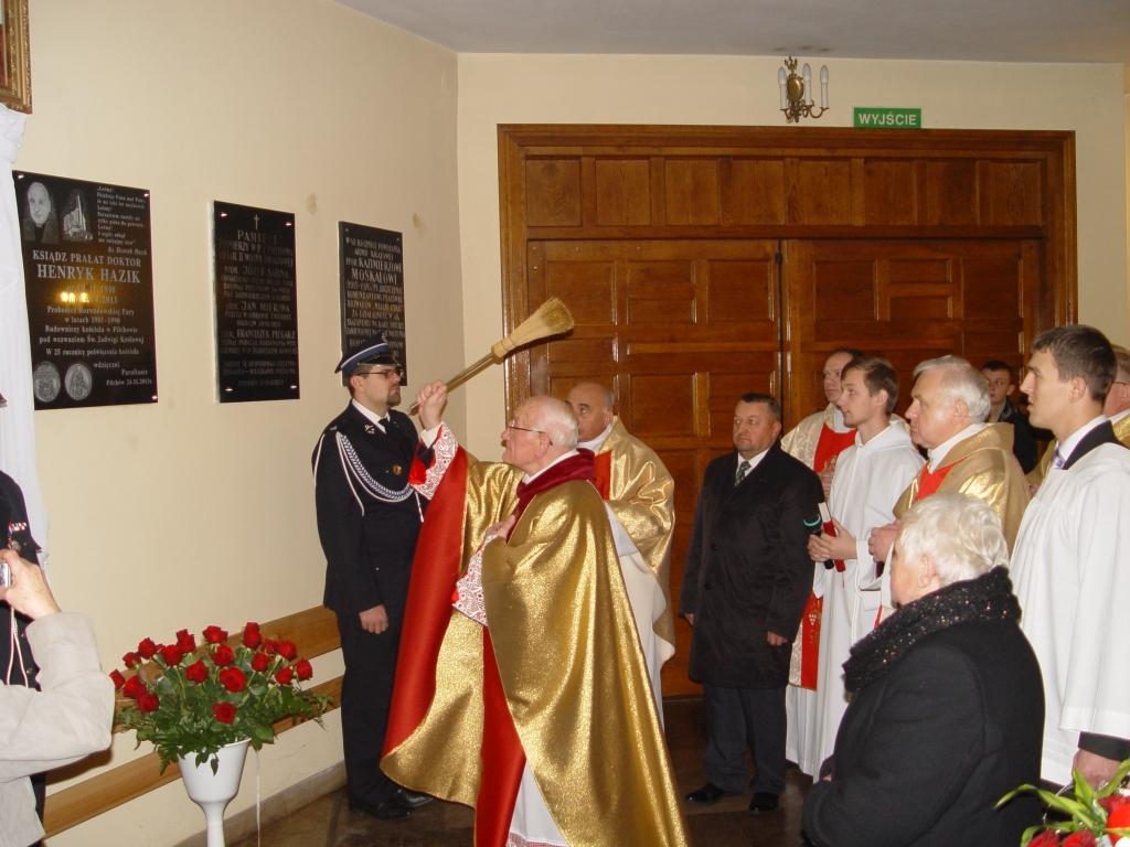 Poświęcenie tablicy pamiątkowej ks. Henryka Hazika w kościele w Pilchowie - Fot. Piotr Jackowski