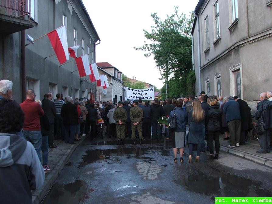 Mieszkańcy Rozwadowa i Stalowej Woli przed budynkiem Kedywu