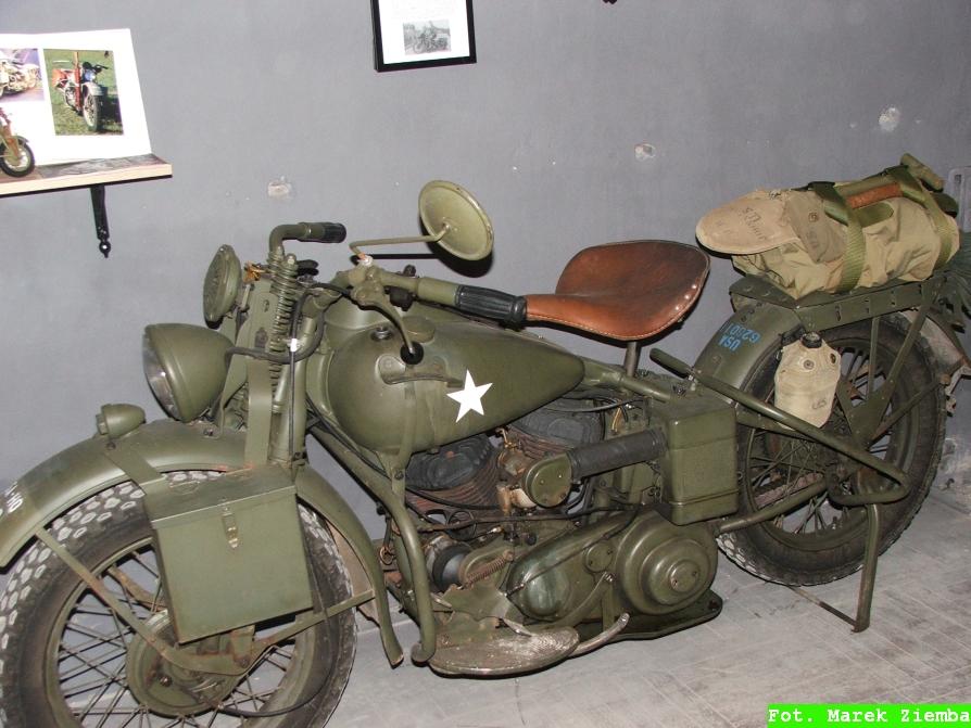 Wystawa militariów - zabytkowy motocykl